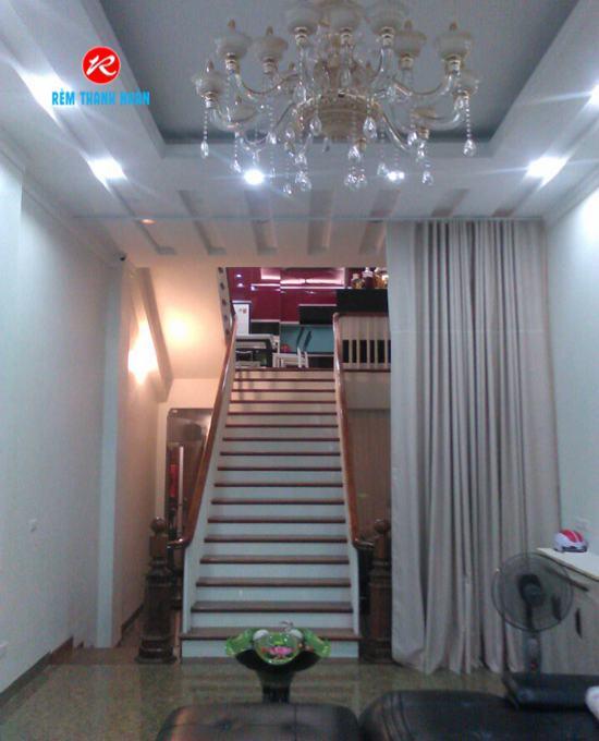 Rèm ngăn phòng khách và cầu thang