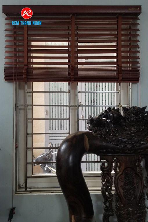 Cách kéo mành rèm gỗ xuống