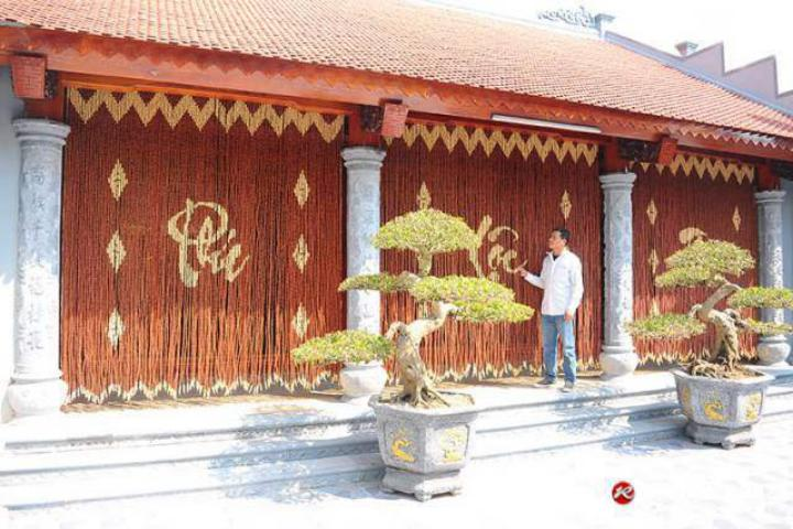 Mành hạt gỗ che cửa nhà thờ